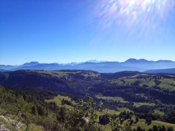 A g. la Tournette (2351m) - Mont-Blanc (4810m) au milieu - à droite Trélod (2181m) et Arcalod (2217m)
